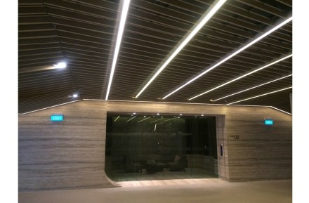 The sous-terrain level used as garages is clad in travertine. In contrast to the onyx at the entrance, veins progress horizontally in this area. Photo: M&G Contracts