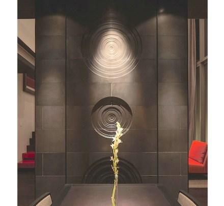 Molto efficace è la parete con i mandala, cerchi concentrici che servono per la meditazione nei riti religiosi.