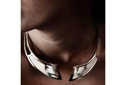 """Em 2011 ela lançou seu primeiro colar, """"Terrestre"""" (ouro e mármore Paonazzetto)."""