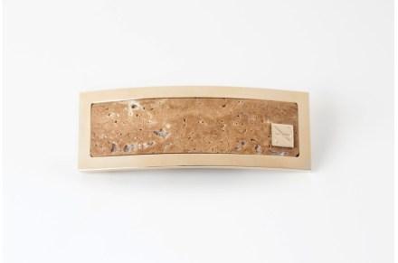 Em sua mais recente coleção aparecem inclusive fivelas de cinto. Aqui você vai encontrar o Travertino Classico em uma moldura de ouro com a marca Sara Devoti..,