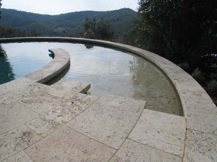Runder Pool aus Travertin Becagli.
