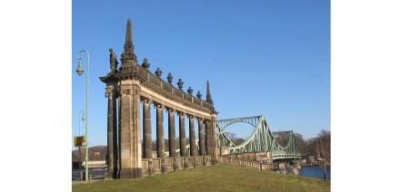 Kolonnaden an der Glienicker Brücke. Foto: Lienhard Schulz/Wikimedia Commons