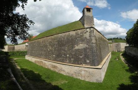 Gewaltige Bastionen aus lokalem Kalkstein prägen die Festung Wülzburg. Foto: Vitold Muratov / Wikimedia Commons