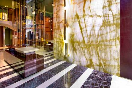The store's entrance presents a 4,73 m- high, 2,84 m-wide wall clad in Giallo Siena limestone made up of 4 huge 2,365 m x 1,42 m slabs.