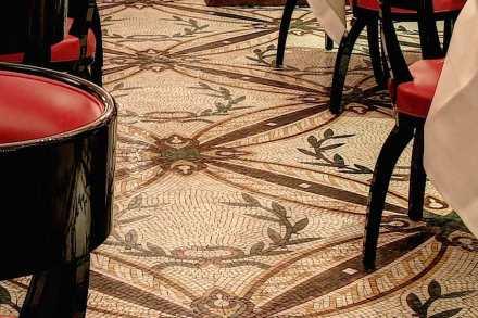 Ficaram elegantes as linhas com padronagem floral dispostas diagonalmente sobre o piso.