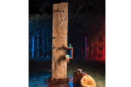 """""""Jucascade"""": parete doccia con ripiano in legno teak. Nei fori regolari possono essere inseriti, tra le altre cose, le armature della doccia o dei punti luce LED."""