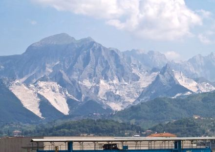 The white mountains of the Apuan Alps: nature destroyed or man-made heritage site? Photo: Wikimedia Commons / Myrabella