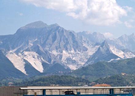 As montanhas brancas nos Alpes Apuanos: natureza destruída ou paisagem cultural formatada pelo homem? Foto: Wikimedia Commons / Myrabella