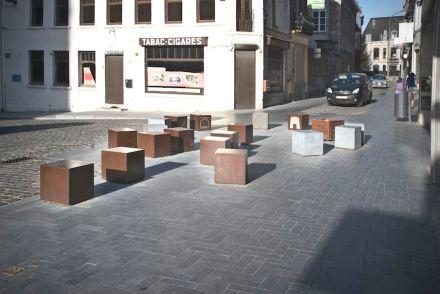 Daneben gibt es Quader mit einer Oberfläche aus Corten-Stahl. Die Symbole auf deren Oberfläche geben Informationen über die Stadtgeschichte.