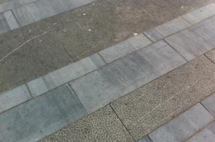 Três cores dominam a pavimentação, determinadas pelas diferentes técnicas de tratamento das superfícies.
