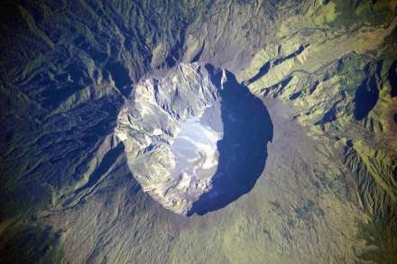 The Mount Tambora caldera is some 6 km wide today where a 4,000 m high mountain once stood. Some 1,200 m were jettisoned into the air in April 1815. Today visitors can view small lava streams at the bottom of the crater. Photo: NASA / Wikimedia Commons