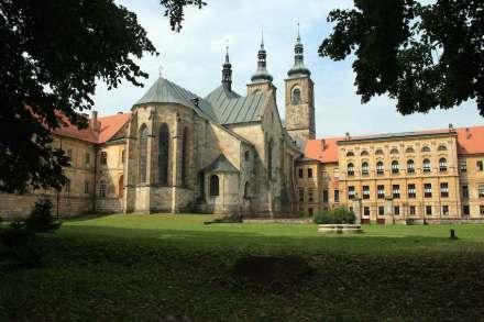 Das Prämonstratenser-Kloster Tepl. In den letzten Jahren wurde der Naturstein aufwändig restauriert, nachdem die Gebäude unter der Herrschaft der Kommunisten sehr heruntergekommen waren. Foto: Karelj / Wikimedia Commons