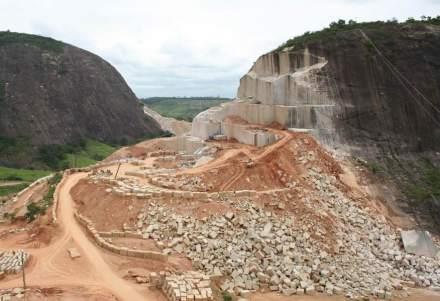 Rochas em grandes quantidades são procuradas internacionalmente pelo conglomerado chinês Avic International Xiamen. A foto mostra uma pedreira da empresa brasileira Mineração Guidoni. Foto: Guidoni