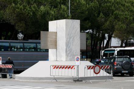 Auf halbem Weg stecken geblieben. Das Symbol der Marmomtec am Eingang zum Messegelände in Carrara kann man nun neu interpretieren.