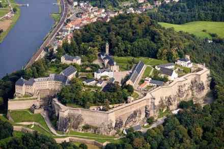 Malerisch thront die Festung Königstein auf dem Tafelberg über dem Fluss.