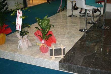 Auf der Messe in Izmir im März 2015 hatte die türkische Firma Kilic Mermer schon das klassische Bundle für Natursteinplatten auf die Größe von Kinderspielzeug reduziert.