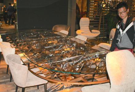 Auf der großen Designmesse in Mailand I Saloni war uns der Stand der italienischen Firma Arteinmotion aufgefallen: sie verwendet Teile aus alten Flugzeugen für neue Möbel, etwa die filigrane Innenstruktur eines Flügels in einem Glastisch.