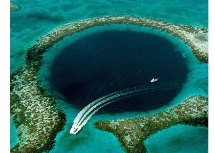 Das Great Blue Hole im Ozean vor Belize ist eine natürliche Vertiefung im Meeresboden, die bis zu 125 m in die Tiefe reicht. Sie ist Teil eines Höhlensystems im Untergrund, das mit Wasser vollgelaufen ist. Zum Vergleich: die Erdkruste ist um die 40 Kilometer dick! Foto: U.S. Goelogical Survey / Wikimedia Commons