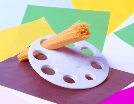 Durante uma semana em junho esteve no pavilhão italiano o medidor de espagueti que o designer Manuel Barbieri desenvolveu para a empresa Scandola. Foto: Scandola Marmi