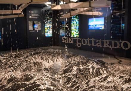 Os visitantes podem colocá-lo em movimento, de modo que a água corra para baixo e no final da réplica escoe para formar 4 rios. Foto: Pavilhão suíço
