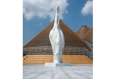 A escultura monumental de uma semente em mármore branco saúda os visitantes na entrada principal da Expo. É uma obra do artista siciliano Emilio Isgrò, executada pela empresa Henraux. Foto: Henraux