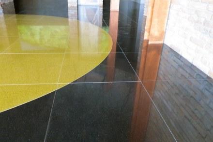 Santamargherita: En el piso, se han aplicado las variedades SM Quartz Nero y Gold.
