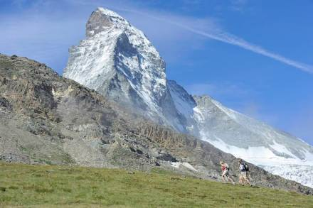 Bergwandern unterhalb des Matterhorns. Foto: Michael Portmann / Zermatt Tourismus