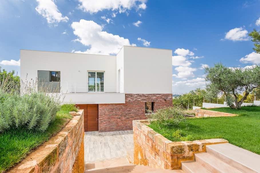mauern aus naturstein eine alte vor dem haus und eine moderne im inneren stone. Black Bedroom Furniture Sets. Home Design Ideas