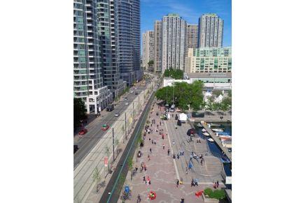 Eine Verbreiterung der Bereiche für die Fußgänger erreichten die Architekten durch die inzwischen berühmt gewordenen 3 WaveDecks: ...