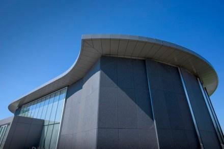 Os espaços internos, revestidos com aço inoxidável escovado, reforçam esse efeito: eles nos dão a impressão que aquelas áreas foram recém abertas.