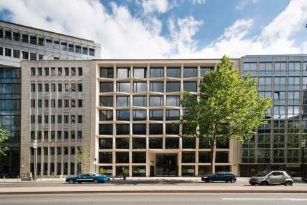 As fachadas ali contíguas são infinitamente tediosas e retratam apenas o empilhamento de escritórios no interior dos edifícios.