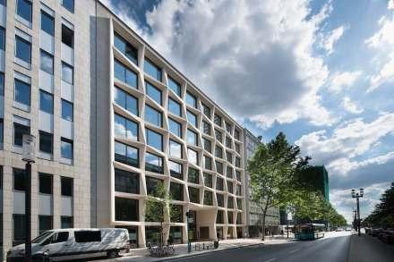 Em primeiro lugar, um quadro externo é colocado em torno da fachada. Ele se mostra quase imperceptivelmente como separador dos prédios contíguos.
