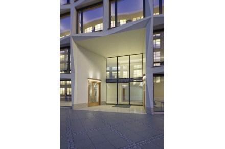 Assim, a entrada se resume a 4 campos de fachada e também está levemente retraída e desalinhada.