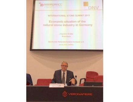 DNV-Präsident Joachim Grüter bei seinem Vortrag auf dem International Stone Summit der Marmomacc 2015. Foto: DNV