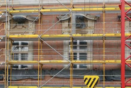 Nachbau der historischen Fassaden: Fenstergewände und Kapitelle aus Sandstein werden in das Klinkermauerwerk eingesetzt.