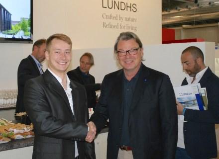 O presidente da Wonasa, Heikki Palin (dir.) cumprimenta Tomáš Livnanský, segundo colocado. Os premiados no concurso de estudantes de arquitetura.