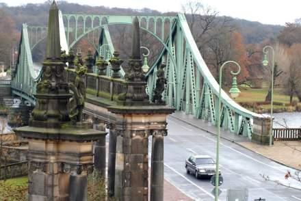 Ein stolzes Bauwerk in der Havellandschaft ist die Glienicker Brücke. Links im Vordergrund eine Seite der Kolonnaden.