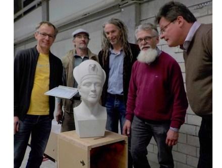 """Die Jury (v.l.n.r): Thomas Florian, Harald Berg, Henning Wittmann, Stefan Lutterbeck (Vorsitzender) und Georg Biermeier stehen an der """"Ägyptischen Büste"""" von Enrique Saß."""