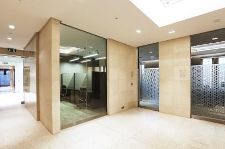 O interior do prédio apresenta arenito espanhol Crema Ole.