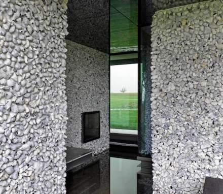 Algumas das paredes têm britas originárias das pederneiras, que foram inseridas na argamassa, os móveis foram especialmente projetados.