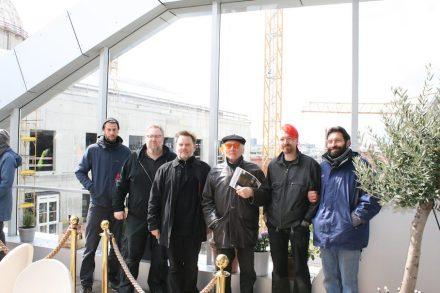 Unser Foto zeigt Andreas Artur Hoferick (3.v.l.) mit einigen seiner Mitarbeiter am Rande der Baustelle. 4.v.l. ist Meister Jürgen Klimes, der zu DDR-Zeiten viele Ost-Berliner Steinmetze in barocker Bildhauerei ausbildete. Foto: Peter Becker