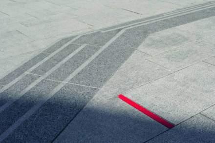 Eine besondere Idee sind die roten Streifen auf dem Boden.