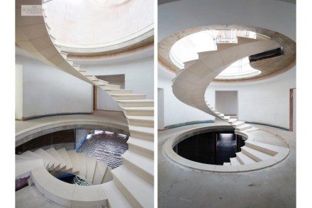 The Stonemasonry Company, Webb Yates Engineers: Escaleras de piedra natural flotantes con un giro de 320°.