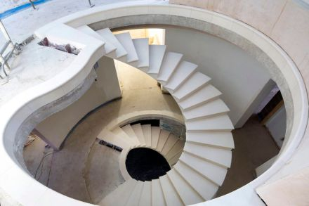 The Stonemasonry Company, Webb Yates Engineers: Stairwell in natural stone with a 320° twist.