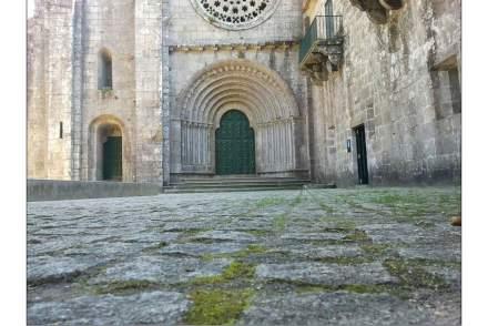 A entrada da igreja do mosteiro de Armenteira. Foto: Dimetiamin / Wikimedia Commons