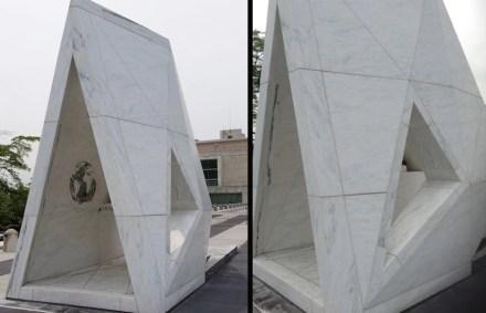 Il monumento nel suo insieme riprende lontanamente la forma di una nave.