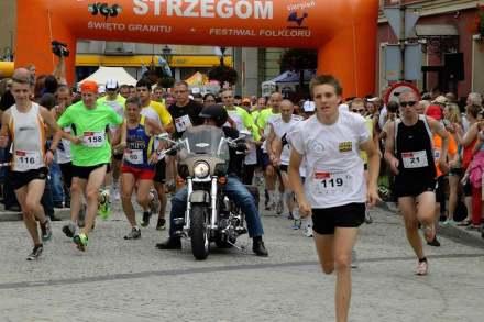 """Unter dem Motto """"Die Striegauer Zwölf – Lasst uns zusammen laufen!"""" gibt es eine 12 Kilometer lange Laufstrecke vom Marktplatz entlang von Steinbrüchen zurück zum Marktplatz."""