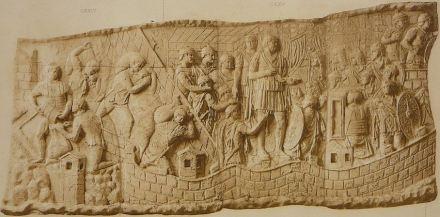 Guerra contra los Dacios: Saqueos (izq.), Trajano da un discurso (centro), las tropas retoman su marcha (der.).