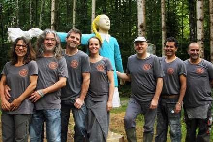 Die Bildhauer beim diesjährigen Symposium mit der Skulptur von Saeid Ahmadi im Hintergrund.