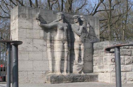 Sportlerfiguren aus Kalkstein am Berliner Olympiastadion.